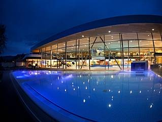 Therme bei Nacht. © Emser Therme